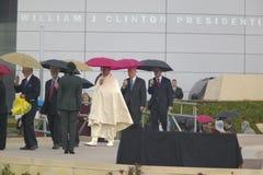 Gli ospiti personali di ex Presidente Bill Clinton degli Stati Uniti con i capi di stato camminano sulla fase durante la cerimoni Fotografie Stock Libere da Diritti