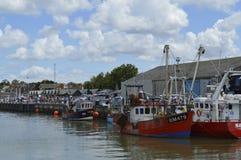 Gli ospiti si affollano al porto per provare le ostriche al festival dell'ostrica di Whitstable Immagini Stock Libere da Diritti