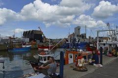 Gli ospiti si siedono dal porto per provare le ostriche al festival dell'ostrica di Whitstable Fotografie Stock Libere da Diritti