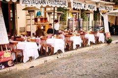 Gli ospiti si siedono sul bello terrazzo del ristorante in piazza Navona a Roma, Italia Fotografie Stock