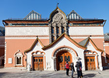 Gli ospiti vicino indicano la galleria di Tretyakov, Mosca Immagine Stock Libera da Diritti