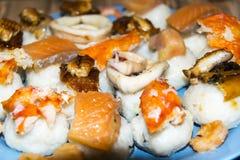 Gli pseudo sushi sbagliati molto pesce hanno ordinato l'anguilla del gamberetto del granchio del calamaro Immagini Stock