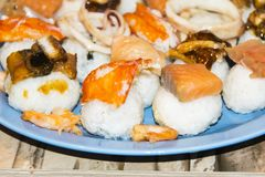 Gli pseudo sushi sbagliati molto pesce hanno ordinato l'anguilla del gamberetto del granchio del calamaro Immagine Stock Libera da Diritti