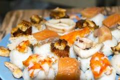 Gli pseudo sushi sbagliati molto pesce hanno ordinato l'anguilla del gamberetto del granchio del calamaro Immagine Stock
