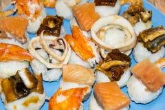 Gli pseudo sushi sbagliati molto pesce hanno ordinato l'anguilla del gamberetto del granchio del calamaro Immagini Stock Libere da Diritti