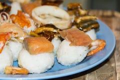 Gli pseudo sushi sbagliati molto pesce hanno ordinato l'anguilla del gamberetto del granchio del calamaro Fotografia Stock Libera da Diritti