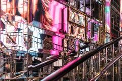 GLI S.U.A. NEW YORK - 3 gennaio 2018 - parete degli specchi con la riflessione delle immagini variopinte in un negozio di New Yor fotografia stock libera da diritti