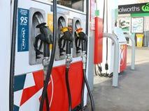 Gli sbocchi del combustibile co-bollati Woolworths di Caltex fanno parte di un'alleanza fra Woolworths srl ed il petrolio di Calt Fotografie Stock Libere da Diritti
