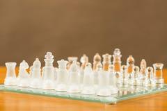 Gli scacchi di vetro iniziano sul gioco Immagini Stock