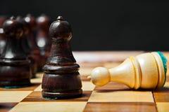 Gli scacchi dipendono la vecchia tavola di legno Fotografia Stock