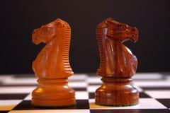 Gli scacchi knights a bordo Fotografie Stock