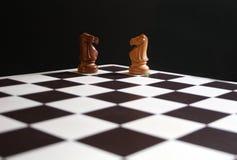 Gli scacchi knights a bordo Immagini Stock