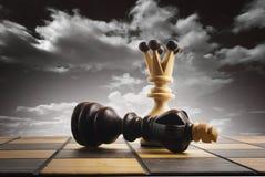 Gli scacchi la regina vincono la vittoria sopra il gioco Fotografia Stock Libera da Diritti