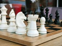 Gli scacchi sono un gioco antagonistico di logica antica popolare del bordo con i pezzi in bianco e nero speciali, su un bordo de fotografia stock