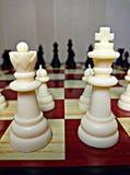 Gli scacchi sono un gioco di logica della tavola con lo speciale dipendono un bordo di 64 cellule per due rivali, combinante gli  Immagini Stock Libere da Diritti