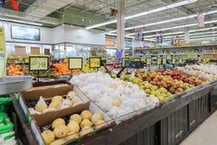 Gli scaffali del supermercato hanno disposto vari frutti immagine stock