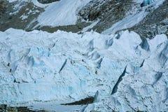 Gli scalatori di Everest stanno praticando sul ghiacciaio gigante vicino al campo base Fotografia Stock