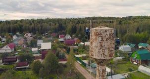 Gli scalatori industriali dipingono la torre del ferro Job rischioso Lavoro estremo Alpinista del lavoratore video d archivio