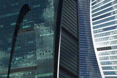 Gli scalatori industriali hanno pulito la parete di vetro di un grattacielo Immagini Stock Libere da Diritti