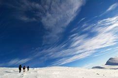 Gli scalatori si avvicinano alla sommità. Immagine Stock