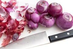 Gli scalogni della sbucciatura preparano per cucinare Fotografia Stock