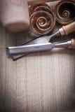 Gli scalpelli piani del martello dei chip di legno di pianificazione su legno sorgono il constr Fotografia Stock