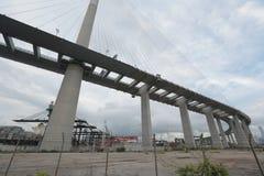Gli scalpellini gettano un ponte su e la strada principale di sha di Tsing Immagini Stock