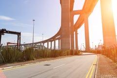 Gli scalpellini gettano un ponte su e la strada principale di sha di Tsing in Hong Kong Fotografia Stock