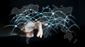 Gli scambi commoventi 3D della rete globale e di dati dell'uomo d'affari rendono Fotografia Stock Libera da Diritti