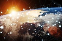 Gli scambi di dati e della rete globale sopra il pianeta Terra 3D si strappano Fotografie Stock