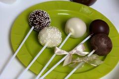 Gli schiocchi del dolce decorati con un arco della treccia sono su un piatto fotografia stock