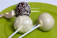 Gli schiocchi del dolce decorati con un arco della treccia sono su un piatto fotografia stock libera da diritti