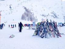 Gli sci e la vista dei pendii ai Grands Montets di Les sciano Immagine Stock Libera da Diritti