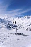 Gli sci e lo sci attacca in alpi, Austria Immagini Stock Libere da Diritti