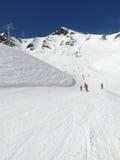 Gli sciatori catturano la pista giù ad una stazione sciistica Fotografia Stock Libera da Diritti