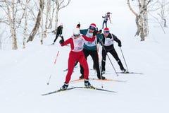 Gli sciatori che corrono sulla pista dello sci nella foresta Tutto Russia dell'inverno ammassano la corsa di sci - Ski Track dell Immagini Stock Libere da Diritti