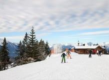 Gli sciatori davanti a piccoli sciovia e caffè Fotografia Stock