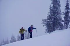 Gli sciatori di Radonee guadagnano i loro giri alla località di soggiorno di montagna del coregone fotografie stock libere da diritti
