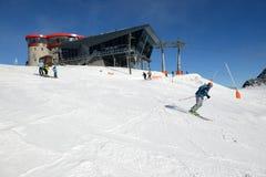 Gli sciatori e la stazione rotunda della teleferica su Chopok in Jasna Low Tatras Fotografia Stock Libera da Diritti
