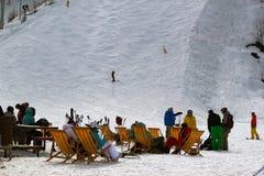 Gli sciatori e gli Snowboarders si rilassano Fotografia Stock Libera da Diritti