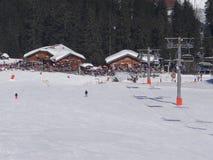 Gli sciatori francesi di festa si rilassano ad un ristorante all'aperto Immagini Stock Libere da Diritti