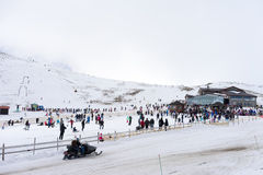 Gli sciatori godono della neve al centro dello sci di Kaimaktsalan, in Grecia rec Immagine Stock Libera da Diritti