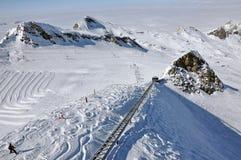 Gli sciatori godono di bello giorno pieno di sole, alpi austriache Immagine Stock Libera da Diritti