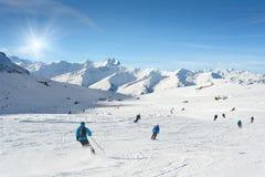 Gli sciatori godono di nella montagna un giorno soleggiato Immagine Stock Libera da Diritti