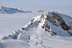 Gli sciatori godono di un giorno pieno di sole in Kitzsteinhorn Immagini Stock Libere da Diritti
