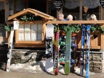 Gli sciatori lasciano i loro sci contro la rete fissa Fotografie Stock Libere da Diritti