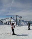 Gli sciatori preparano per la loro esecuzione seguente Fotografia Stock