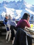 Gli sciatori si distendono ad un ristorante dell'alta montagna Fotografia Stock