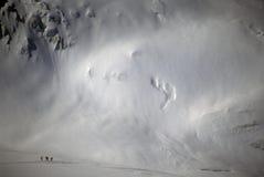 Gli sciatori sono sminuiti dal ghiacciaio della montagna Fotografie Stock Libere da Diritti