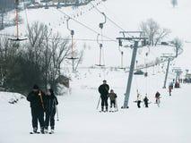 Gli sciatori sono su un ascensore di sci (rimorchio di corda) Fotografia Stock
